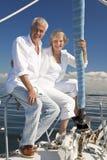 Glückliche ältere Paare auf einem Segel-Boot Lizenzfreies Stockfoto