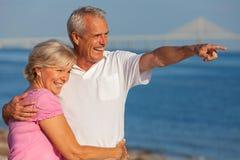 Glückliche ältere Paare auf einem tropischen Strand lizenzfreies stockfoto
