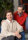 Glückliche ältere Paare auf vorderem Portal Stockfotografie