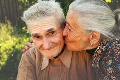Glückliche ältere Paare in der Liebe stockbild