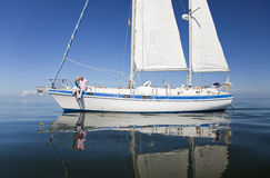 Glückliche ältere Paare, die auf Plattform eines Segel-Bootes sitzen Stockbild