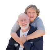 Glückliche ältere Paare, die auf Weiß umarmen und lachen Lizenzfreies Stockfoto