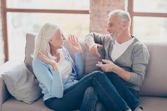 Glückliche ältere Paare, die den Spaß, miteinander schauend haben und lachen, stockfoto