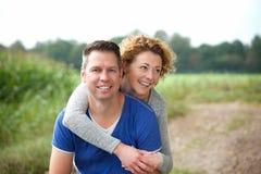 Glückliche ältere Paare, die draußen zusammen lächeln Lizenzfreies Stockfoto