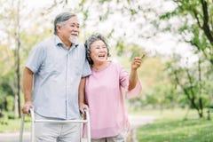 Glückliche ältere Paare, die einen Weg mit Wanderer sprechen stockfotos