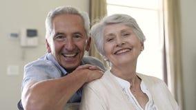 Glückliche ältere Paare, die Kamera lächeln und betrachten stock video