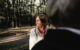 Glückliche ältere Paare, die in Park gehen lizenzfreie stockbilder