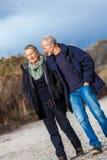 Glückliche ältere Paare, die sich zusammen im Sonnenschein entspannen stockfotos