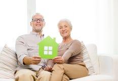 Glückliche ältere Paare, die zu Hause auf Sofa umarmen Stockfoto