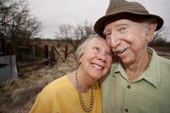 Glückliche ältere Paare draußen Stockbilder