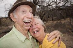 Glückliche ältere Paare draußen Lizenzfreies Stockbild