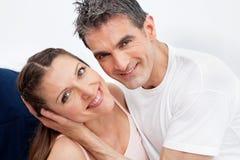 Glückliche ältere Paare im Bett Stockfotos