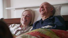 Glückliche ältere Paare im Bett stock video footage