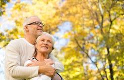 Glückliche ältere Paare im Herbstpark stockfoto
