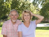 Glückliche ältere Paare im Park Stockfoto