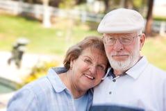 Glückliche ältere Paare im Park Lizenzfreies Stockfoto