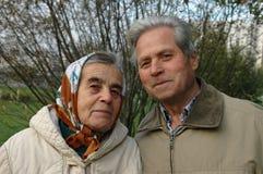 Glückliche ältere Paare im Park. Lizenzfreie Stockbilder