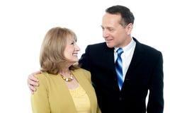 Glückliche ältere Paare, lokalisiert auf Weiß Lizenzfreies Stockbild