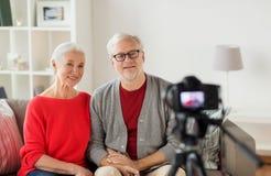 Glückliche ältere Paare mit Kameraaufnahmevideo Lizenzfreie Stockfotografie