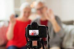 Glückliche ältere Paare mit Kameraaufnahmevideo Stockfoto