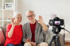 Glückliche ältere Paare mit Kameraaufnahmevideo Stockbild
