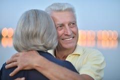 Glückliche ältere Paare nähern sich Fluss Stockfotografie