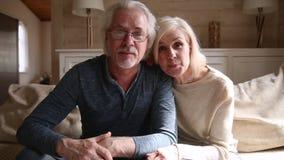 Glückliche ältere vloggers Paare, die Kamera notierendem vlog sprechend betrachten stock video footage