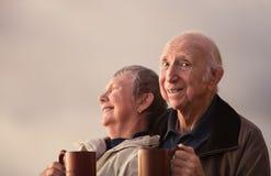 Glückliche älterer Bürger-Paare draußen lizenzfreies stockfoto