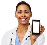 Glückliche Ärztin Promoting Smart Phone Lizenzfreie Stockfotografie