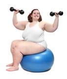Glückliche überladene Bodybuilderfrau. Stockbild