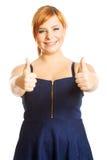 Glückliche überladene Frau mit den Daumen oben Lizenzfreies Stockfoto
