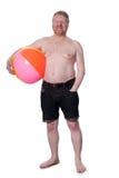 Glückliche überladene Mitte alterte Mann mit Wasserball Stockbild