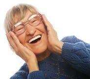 Glückliche überraschte ältere Frau, die Kamera betrachtet Stockbilder