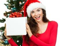 Glückliche überraschte Frau, die Weihnachtsgeschenk hält Lizenzfreies Stockfoto