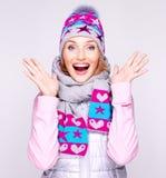Glückliche überraschte Frau im Winter kleidet mit positiven Gefühlen Stockfoto
