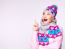 Glückliche überraschte Frau im Winter kleidet mit positiven Gefühlen Stockbild