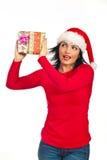 Glückliche überraschte Frau mit Weihnachtsgeschenk Lizenzfreie Stockfotos