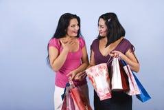 Glückliche überraschte Freunde am Einkaufen Lizenzfreies Stockfoto