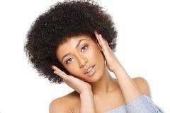 Glückliche überraschte junge Afroamerikanerfrau Stockfoto