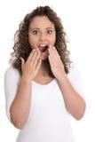 Glückliche überraschte lokalisierte junge Frau im Weiß mit offenem Mund Stockfotos
