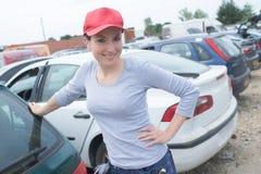 Glückliche abwischende Autoarbeitnehmerin auf Waschanlage Lizenzfreies Stockbild