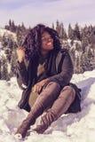 Glückliche Afrikanerin im Winter Lizenzfreies Stockfoto
