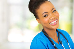 Glückliche afrikanische Krankenschwester lizenzfreie stockfotos