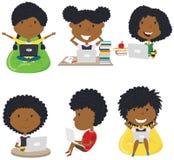 Glückliche afro-amerikanische Mädchen Hausarbeit durch Computer lernen und tun stock abbildung