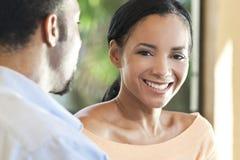 Glückliche Afroamerikaner-Frau, die zur Kamera lächelt Stockfoto
