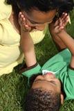 Glückliche Afroamerikaner-Mutter und Kind stockfoto