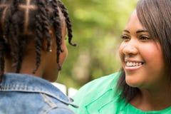 Glückliche Afroamerikaner-Mutter und Tochter Lizenzfreie Stockfotografie