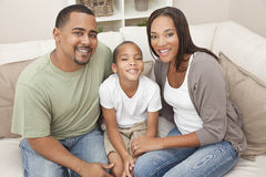 Glückliche Afroamerikaner-Muttervater-Sohn-Familie Stockfotos