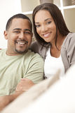 Glückliche Afroamerikaner-Paare, die zu Hause sitzen Stockfotos