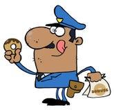 Glückliche Afroamerikaner-Polizeibeamte, die Krapfen isst Stockfotos